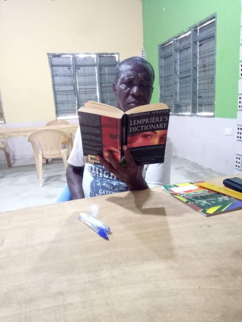 Newton in der Bibliothek