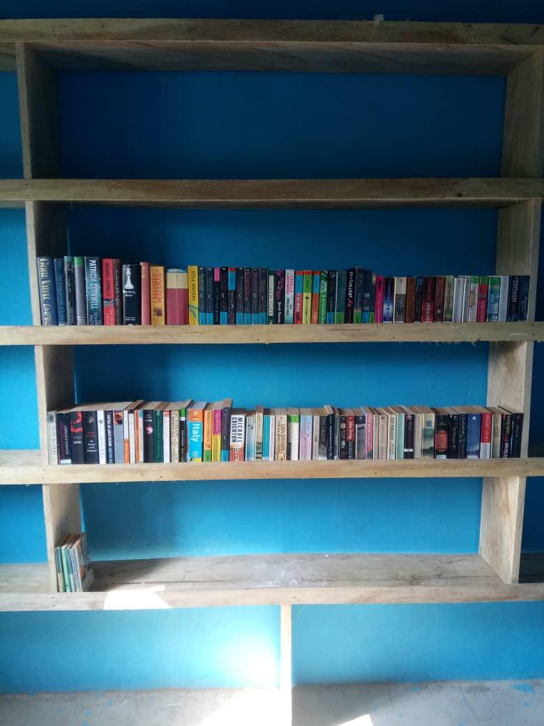 Regal mit Bücher