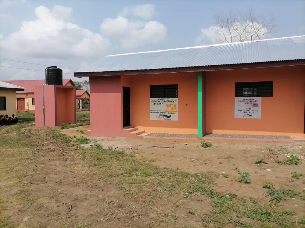 Gebäude mit Polytank