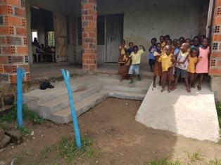 KG Treppe fertig Nov. 2017 mit Kinder